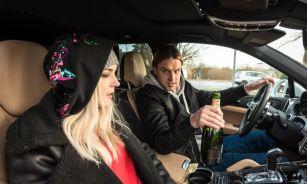 """Katrīne Lukins kopā ar seriāla """"Svešā seja"""" zvaigzni Kasparu Dumburu videoklipā izdemolē automašīnu!"""